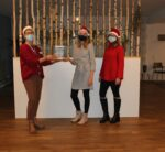 Foto der Spendenübergabe: v.l.n.r.: Dorothea Stentenbach (Leiterin des Hospizes), Carolin Franke, Lisa Mielchen (Jugend- und Auszubildendenvertretung)