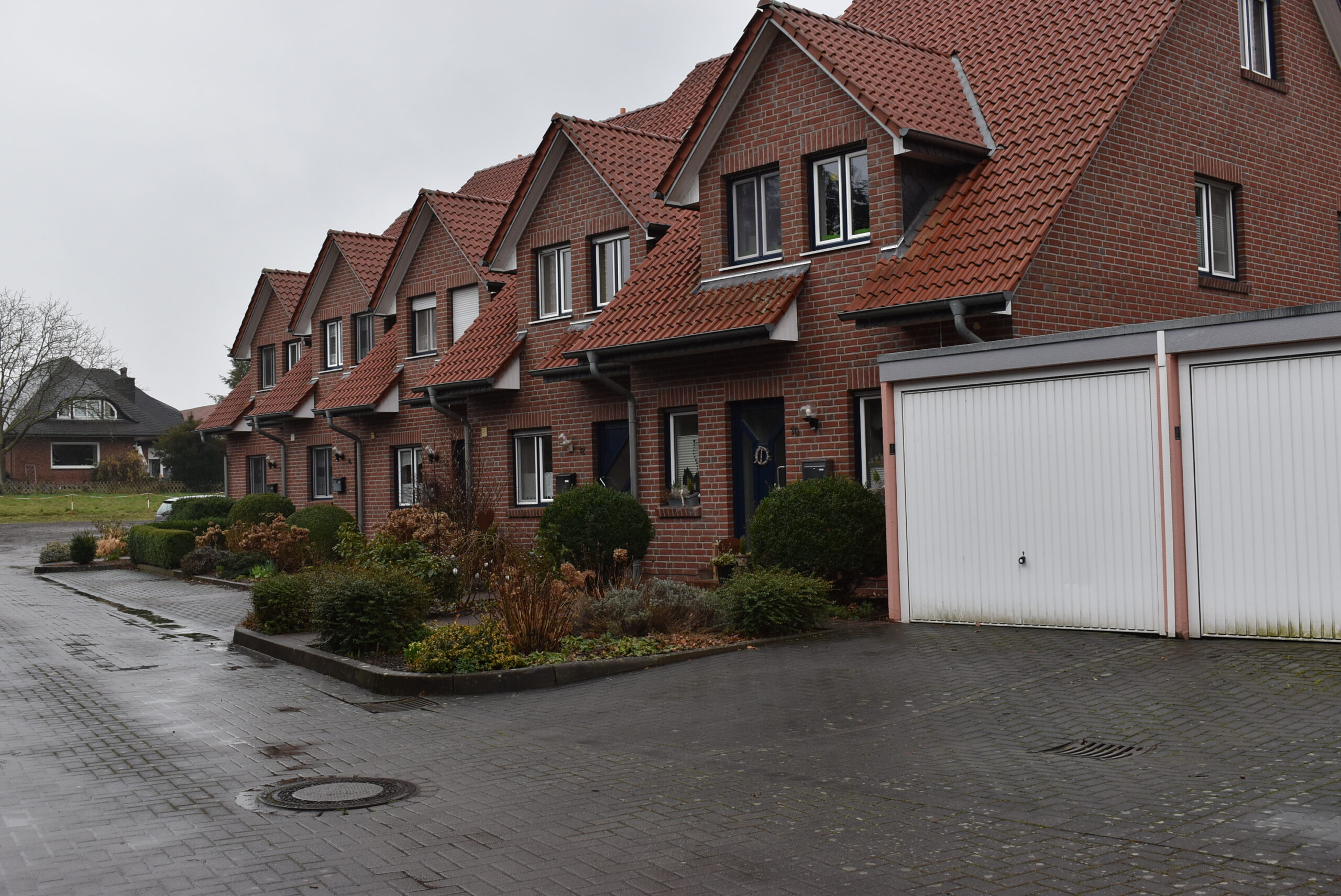 Rund um dieses Reihenhaus entstehen vier Gebäude mit insgesamt 32 Wohnungen. Foto: Gemeinde Hille