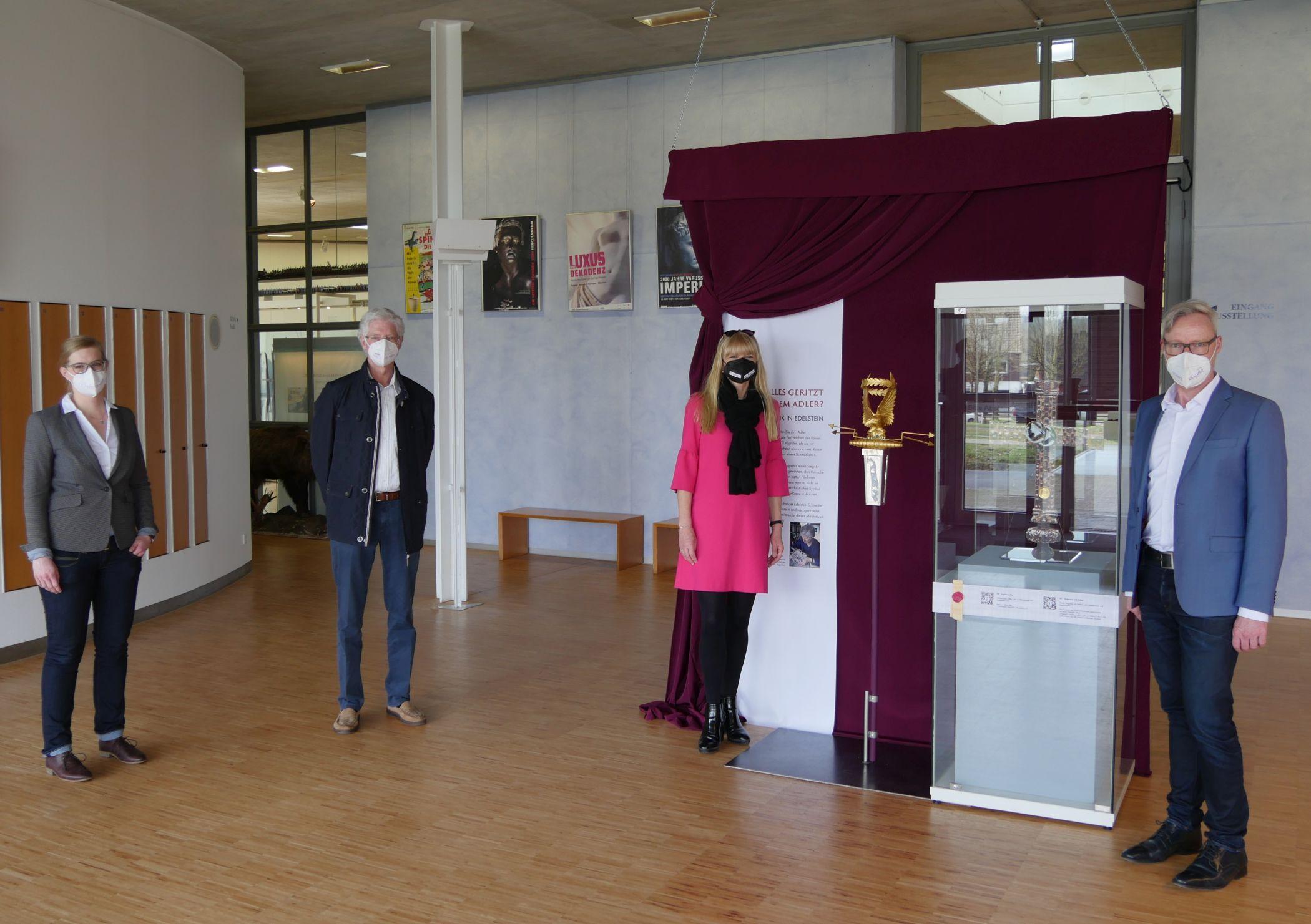Museumsleiter Dr. Josef Mühlenbrock. LWL-Kulturdezernentin Dr. Barbara Rüschoff-Parzinger, der Künstler Gerhard Schmidt und die Museumspädagogin Lisa Stratmann (v.r.n.l.) eröffnen die