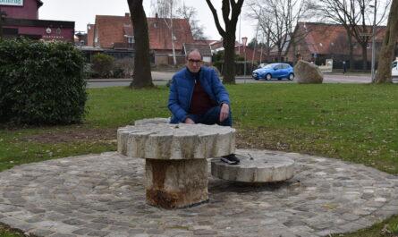 Der Hartumer Ortsvorsteher Heinz Becker kümmerte sich um die Sanierung des Brunnens auf dem Dorfplatz. Foto: Gemeinde Hille