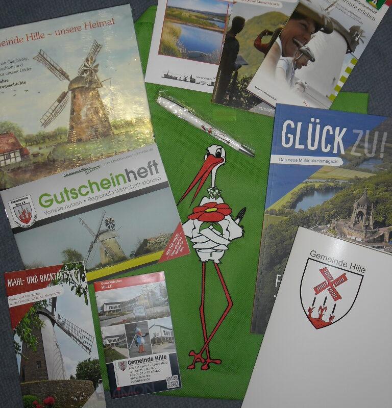 Geschenk für Neubürger: Der Bürgerbeutel enthält alles Wissenswertes rund um die Gemeinde Hille. Foto: Gemeinde Hille