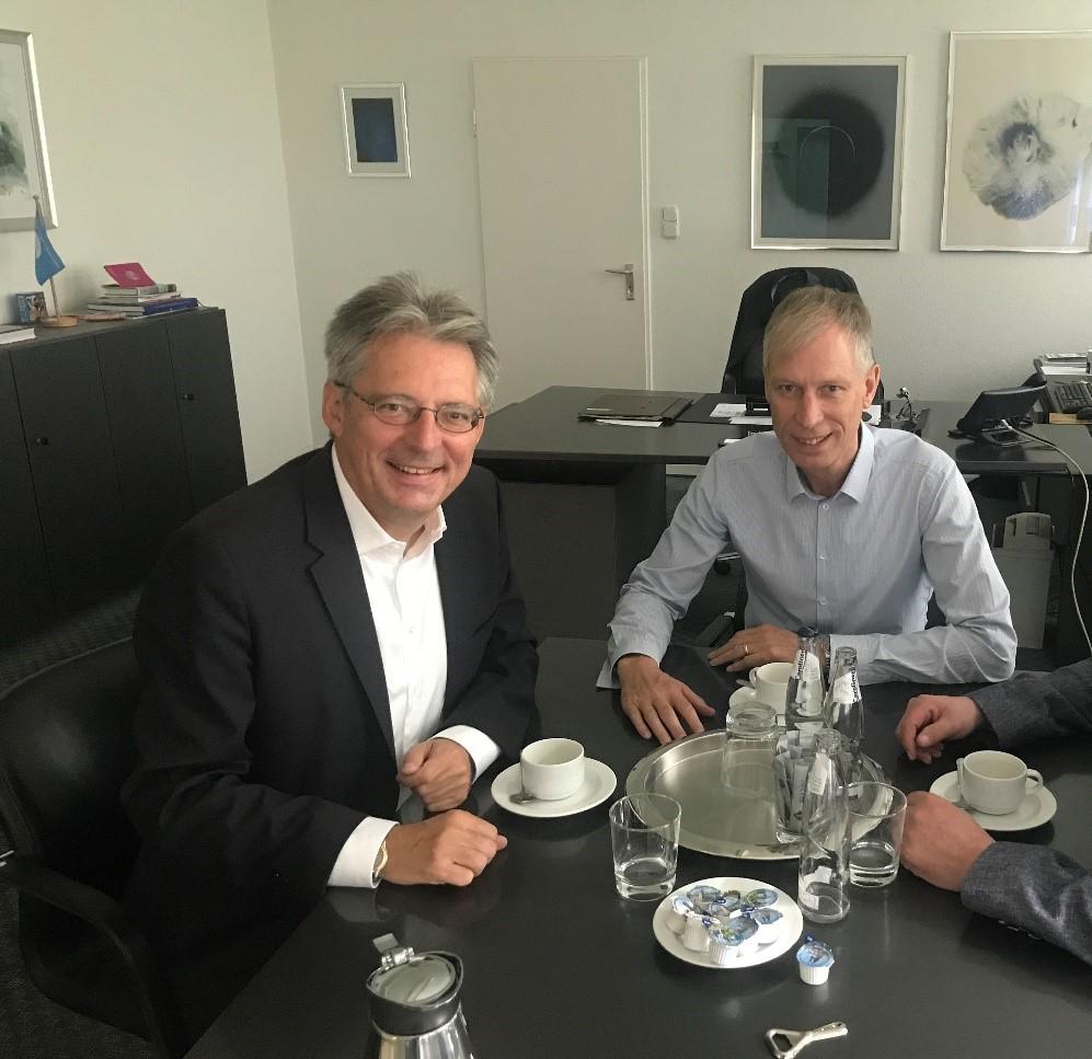 Erfolg für Lübbecke: Achim Post und Frank Haberbosch freuen sich über die Bereistellung von Fördergeldern für das Lübbecker Hallenbad. (Hinweis: Archivfoto)