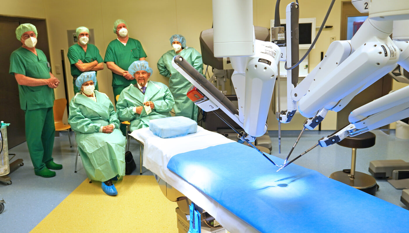 Karin und Paul Gauselmann (sitzend) haben den Da Vinci für das Interdisziplinäre Zentrum für roboterassistierte Chirurgie (IZR OWL) der Mühlenkreiskliniken am Krankenhaus Lübbecke finanziert. Im Hintergrund (von links) Professor Dr. Hansjürgen Piechota, Dr. Uwe Werner, Dr. Alexander Ottenhof und die ehemalige Geschäftsführerin und Initiatorin Dr. Christine Fuchs