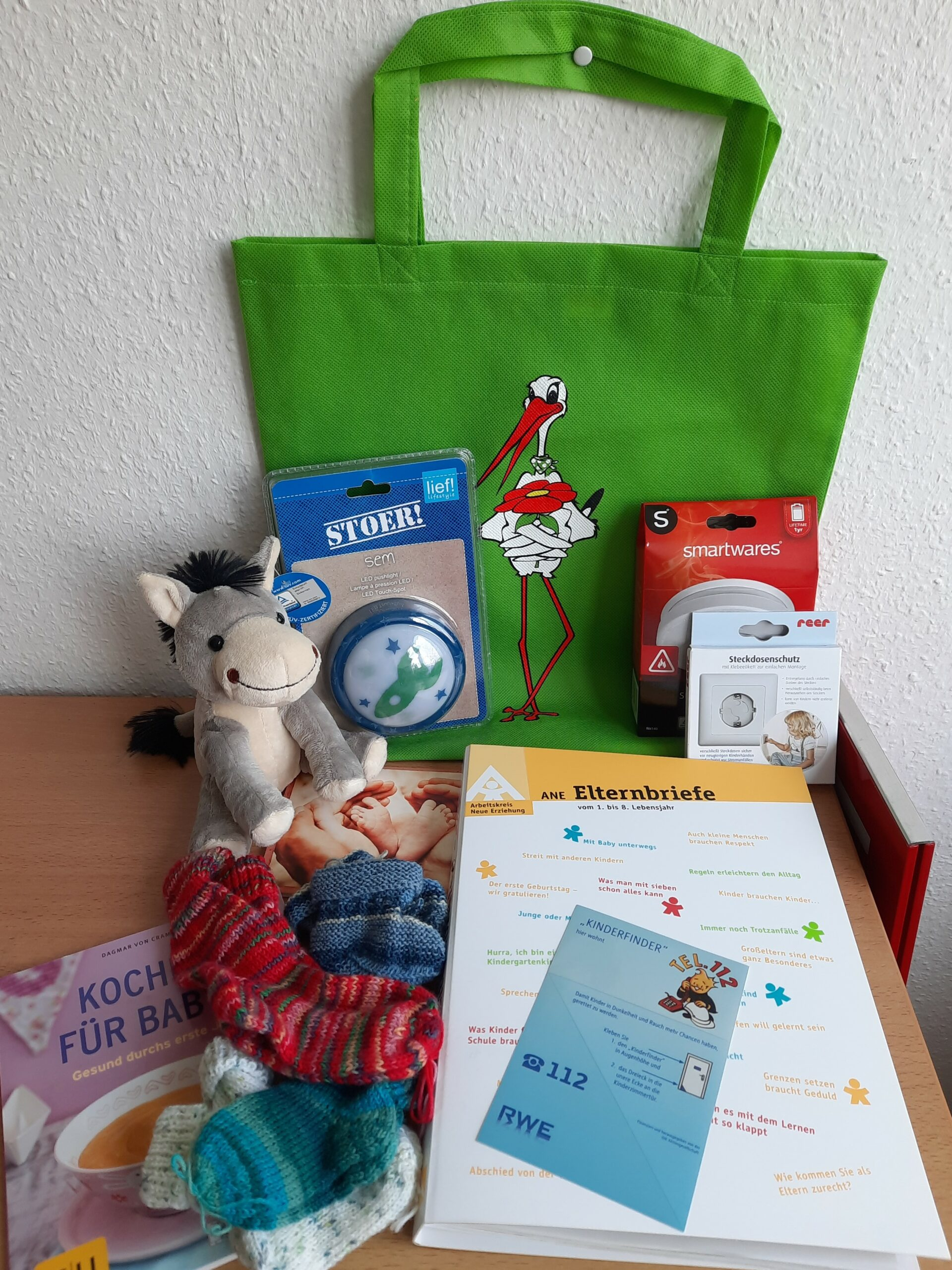 Kuscheltier, Informationsmaterial, Rauchmelder und Kochbuch: Das Babybegrüßungspaket der Gemeinde Hille. Foto: Gemeinde Hille