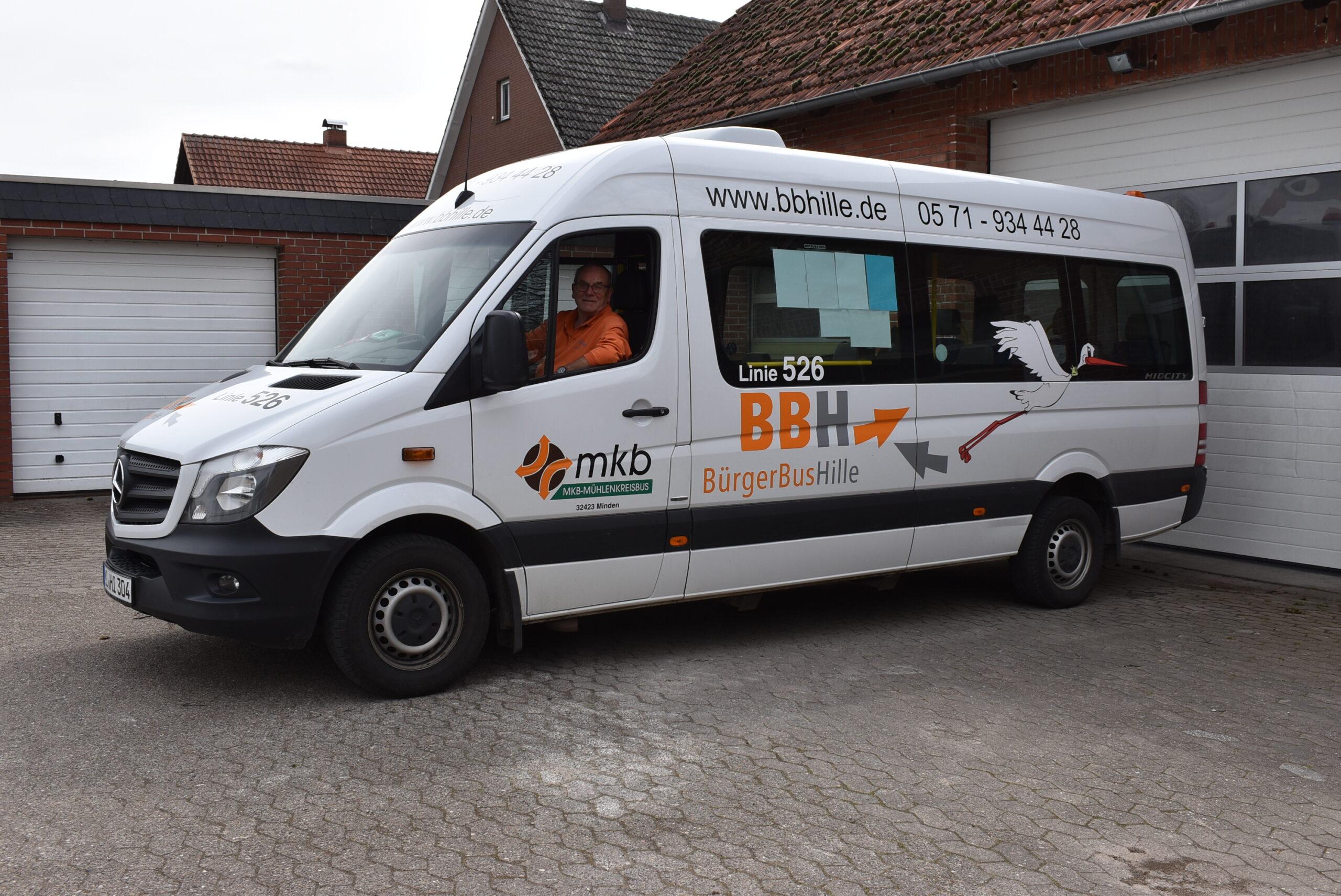 Der Bürgerbus Hille startet am Rathaus in Hartum, Manfred Sudek sitzt am Lenkrad. Foto: Gemeinde Hille