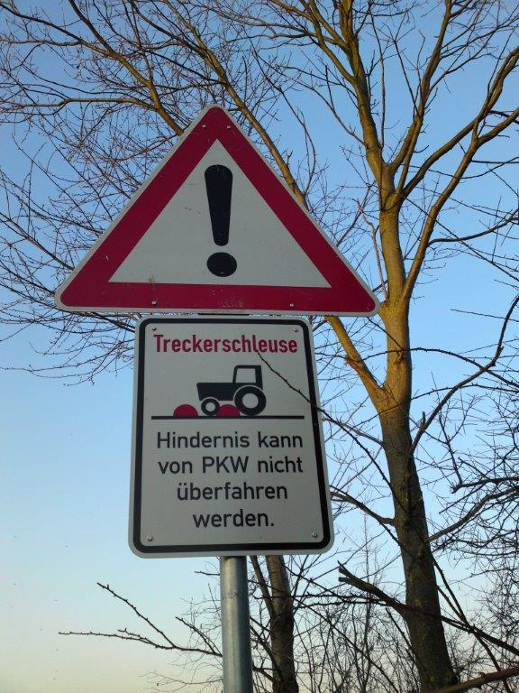 Dieses Verkehrsschild weist auf eine Treckerschleuse hin., Foto Gemeinde Hille