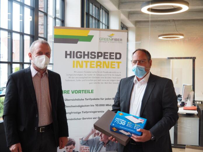 Foto: links Alfred Jungmair, Vertrieb GREENFIBER / rechts: Stolzer Gewinner Tobias Härtling