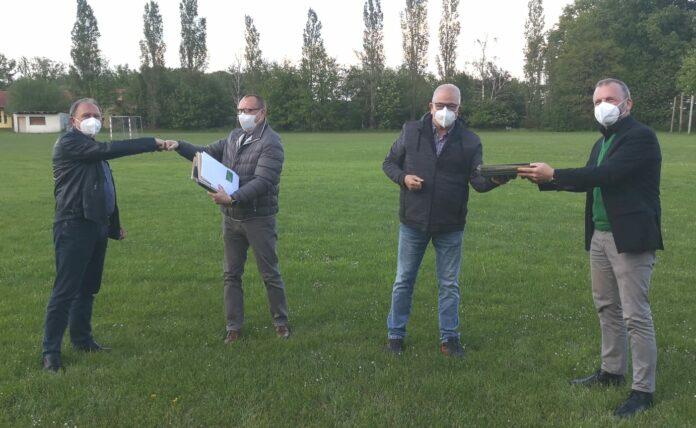 v.l.: Uwe Krabbe und Dirk Schumacher sowie Eckhard Nelles und Alfred Jungmair bei der Übergabe der Verträge an GREENFIBER - Übergabe Mindenerwald