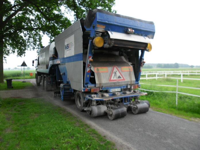 Der Reparaturzug splittet Teile des Düpewegs in Hille. Foto: Gemeinde Hille
