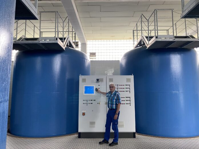 Wasserwerksmeister Reiner Wilhelmy inmitten der Technik-Anlagen im Wasserwerk Südhemmern.