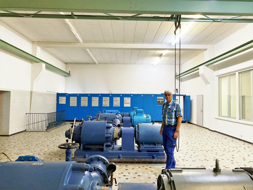 Wasserwerksmeister Reiner Wilhelmy im Wasserwerk Südhemmern. Umgeben von Pumpen, Steuerungstechnik und Filtertanks.