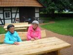 Christa Rohlfing und Heidemarie Riechmann vom Heimatverein Holzhausen beim Probesitzen an der historischen Schmiede.