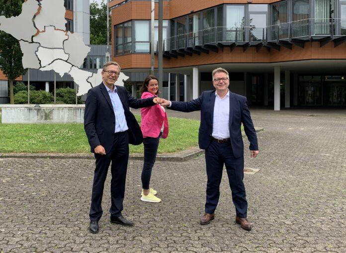 Foto: Landrätin Anna Katharina Bölling (Mitte) stellt gemeinsam mit Dr. Olaf Bornemeier (l.) Dr. Jörg Noetzel (r.) als neuen medizinischen Vorstand der Mühlenkreiskliniken vor. Foto: Sabine Ohnesorge /Kreis Minden-Lübbecke