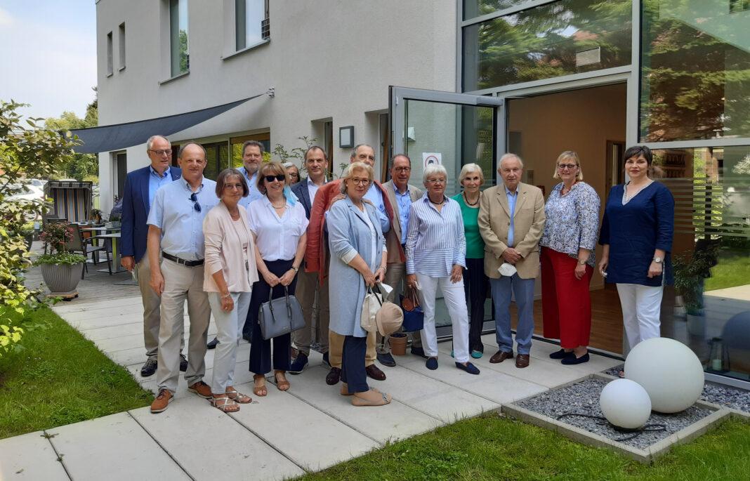 Für die Spendenübergabe besuchten Mitglieder des Lions Clubs Porta Westfalica das Volker Pardey Haus und machten sich vor Ort ein Bild von der Arbeit des Hospizes.   Quelle: Hospiz Minden