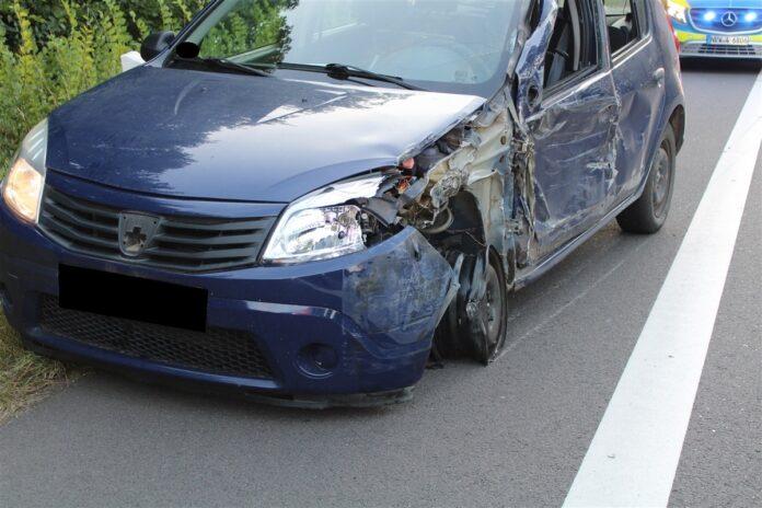 Der Dacia wurde erheblich beschädigt. Foto: Polizei Minden-Lübbecke