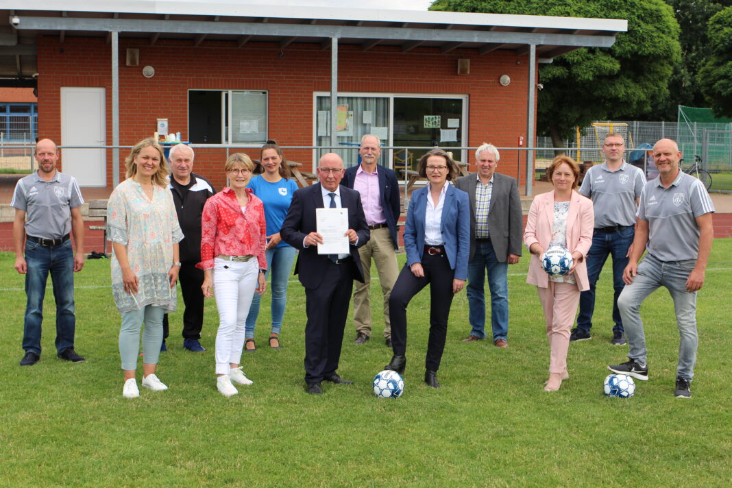 NRW-Ministerin Ina Scharrenbach überreicht den Förderbescheid an Bürgermeister Michael Schweiß. Foto: Florian Hemann