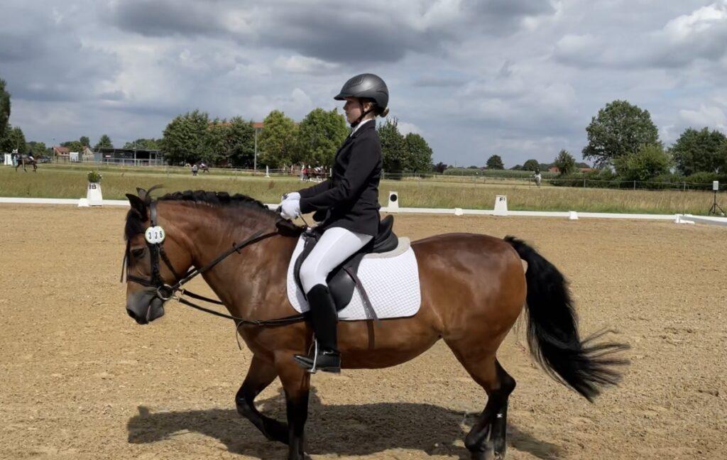 Hochkonzentriert: Leahanna Zoé Lückl mit Schulpony Lilly beim Reiter WB Schritt Trab Galopp, Foto: privat
