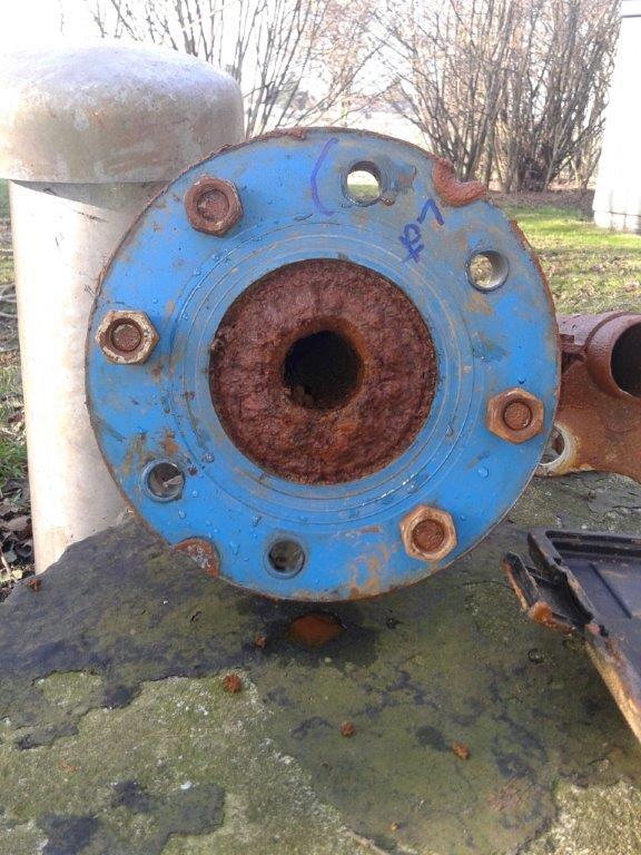 Völlig verrostete, im Innern verstopfte Steigleitung eines Trinkwasserbrunnens. Die Ablagerungen bestehen im wesentlichen aus Eisenerz und Mangan.