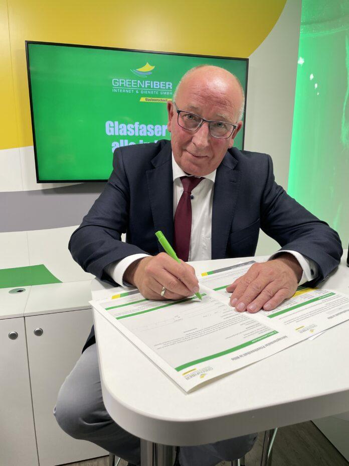 Bürgermeister Michael Schweiß unterschreibt Glasfaserantrag, GREENFIBER