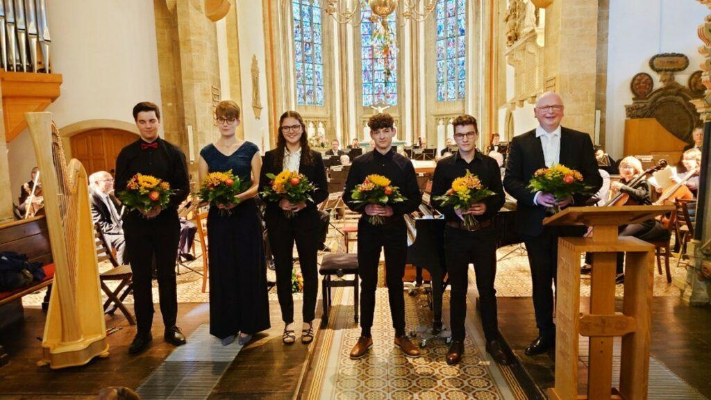 Im Bild von links: Silvan Buzalkovski, Maren Bußmann, Maria Adrian, Johannes Maaß, Julius Maaß, Heinz-Hermann Grube Foto: Sparkasse Minden-Lübbecke