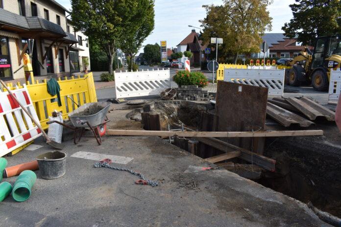 Die Sanierung des Mischwasserkanals in der Ortsdurchfahrt Hille hat begonnen. Blick auf die Baustelle an der Einmündung Brennhorster Straße. Foto: Gemeinde Hille