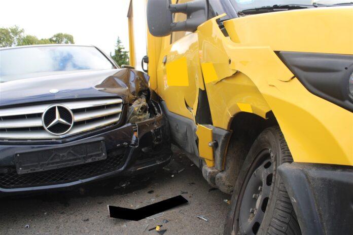 Beide Fahrzeuge wurden abgeschleppt. Foto: Polizei Minden-Lübbecke