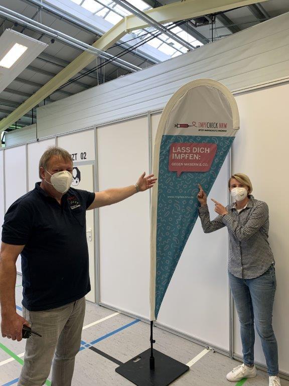 Foto: Das Team vom Impfzentrum – hier Matthias Möller und Mara Luckenbach – findet weiter: Lass Dich impfen!
